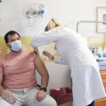 άνθρωπος εμβολιάζεται