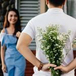 άντρας δίνει λουλούδια