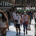 Κορωνοϊός: περαστικοί περπατούν με μάσκες στην Ερμού