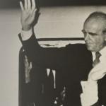 Ο Κωνσταντίνος Καραμανλής επιστρέφει θριαμβευτικά στην Ελλάδα,[με το αεροπ