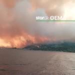 Στις φλόγες η παραλία στις Ροβιές- Ο κόσμος σώθηκε με καΐκια