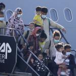 Αφγανοί φτάνουν στο αερoδρόμιο του Βελγίου/ AP