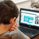 παιδάκι μπροστά σε laptop