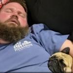 Άνθρωπος και σκύλος που κοιμούνται