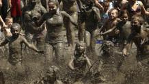 Παιδια που παίζουν ατη λάσπη