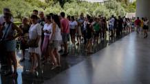 Τουρίστες έξω από το Μουσείο Ακροπόλεως