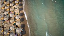 Παραλία ομπρέλες ξαπλώστρες