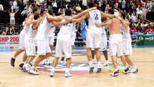 Η Εθνική μετά τη νίκη επί των ΗΠΑ στο Μουντουμπάσκετ του 2006