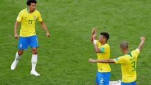 παίκτες της εθνικής ομάδας ποδοσφαίρου της Βραζιλίας πανηγυρίζουν