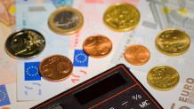 Κέρματα του ευρώ και κομπιουτεράκι