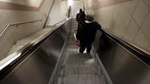Γυναίκα σε κυλιόμενες σκάλες