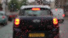 Παρμπρίζ αυτοκινήτου καλυμμένο με βροχή