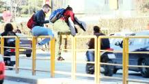 φοιτητές πηδούν πάνω από φράχτη