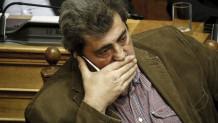 Ο Παύλος Πολάκης μιλά στο τηλέφωνο