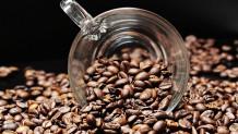 Κόκκοι καφέ και φλιτζάνι