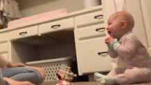 Μπέμπης ξεκαρδίζεται όταν ακούει φτέρνισμα