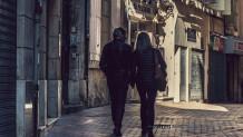 ζευγάρι περπατά χέρι χέρι