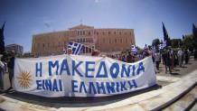 Πανό για την ελληνικότητα της Μακεδονίας έξω από τη Βουλή