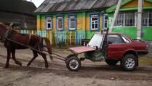αυτοκίνητο που κινεί ένα άλογο