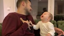 Μπέμπα γελάει με τον μπαμπά της