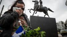 Γυναίκα κλαίει μπροστά από το άγαλμα του Μεγάλου Αλεξάνδρου