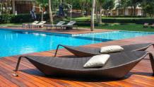 Ξαπλώστρες και πισίνα