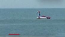 8χρονος στη θάλασσα με φουσκωτό