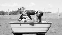 Μωρό και σκύλος παίζουν