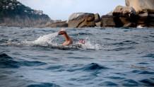 Άνθρωπος που κολυμπάει μόνος