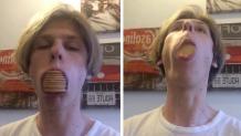 αγόρι με μπισκότα στο στόμα