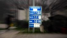 ταμπέλα με τιμές σε βενζινάδικο