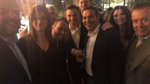Αλέξης Τσίπρας: Σε μπαρ στου Ψυρρή με τους βουλευτές του