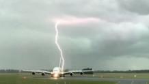 κεραυνοί χτυπάνε αεροπλάνο