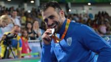 Ο παρολυμπιονίκης ξιφασκίας Πάνος Τριανταφύλλου με το μετάλλιό του