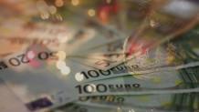 χρήματα και χριστουγεννιάτικο δέντρο