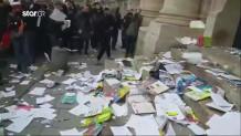 Εκπαιδευτικοί στη Γαλλία έσκισαν βιβλία έξω από το Υπουργείο Παιδείας