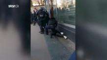 Αστυνομικός χτυπά διαδηλωτή στη Γαλλία