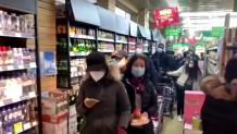 Οι κάτοικοι του Πεκίνου φορούν μάσκες