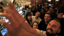Ο Αλέξης Τσίπρας σε μπαρ των Ιωαννίνων