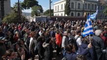 Μεταναστευτικό: Μάχες με τα ΜΑΤ δίνουν οι κάτοικοι στη Λέσβο