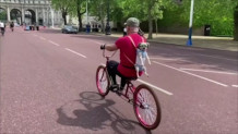 Ποδηλατάδα Με Τον Σκύλο Του