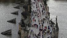 γιορτή για τον κορωνοιό στην Πράγα