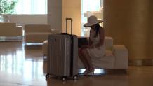 Γυναίκα σε ξενοδοχείο