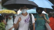 άντρας με μάσκα στο δρόμο