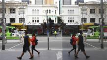 άνθρωποι κυκλοφορούν με μάσκες στην Αυστραλία