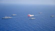 το Ορούτς Ρέις συνοδευόμενο από πλοία του τουρκικού ναυτικού