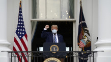 Τραμπ: Βγήκε στο μπαλκόνι του Λευκού Οίκου και είπε «Είμαι καλά»!