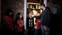 Ο Μητσοτάκης με παιδιά της Σαμοθράκης