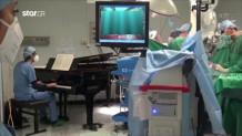 αγοράκι χειρουργείται υπό τους ήχους πιάνου