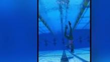 αθλήτρια κύκλους στο νερό